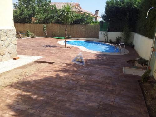 Pavimento piscina con hormigón impreso madera