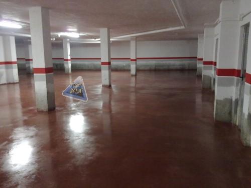 Garaje con hormigón pulido rojo