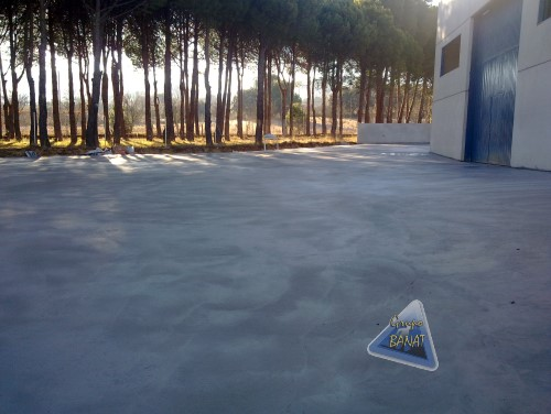 Pavimento de hormigón semipulido gris