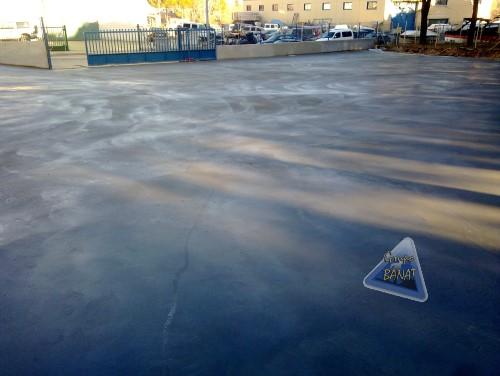 Pavimento de hormigón semipulido gris en aparcamiento
