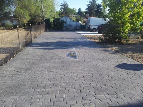 Acceso aparcamiento con hormigón impreso adoquin rustico