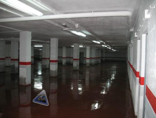 Garaje edificio con hormigon pulido rojo